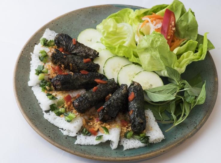燒香葉牛肉卷 // 帶有胡椒香味的蔞葉,與牛肉最為配襯,製成肉卷烤香,伴濱海吃,惹味可口。 ($118)