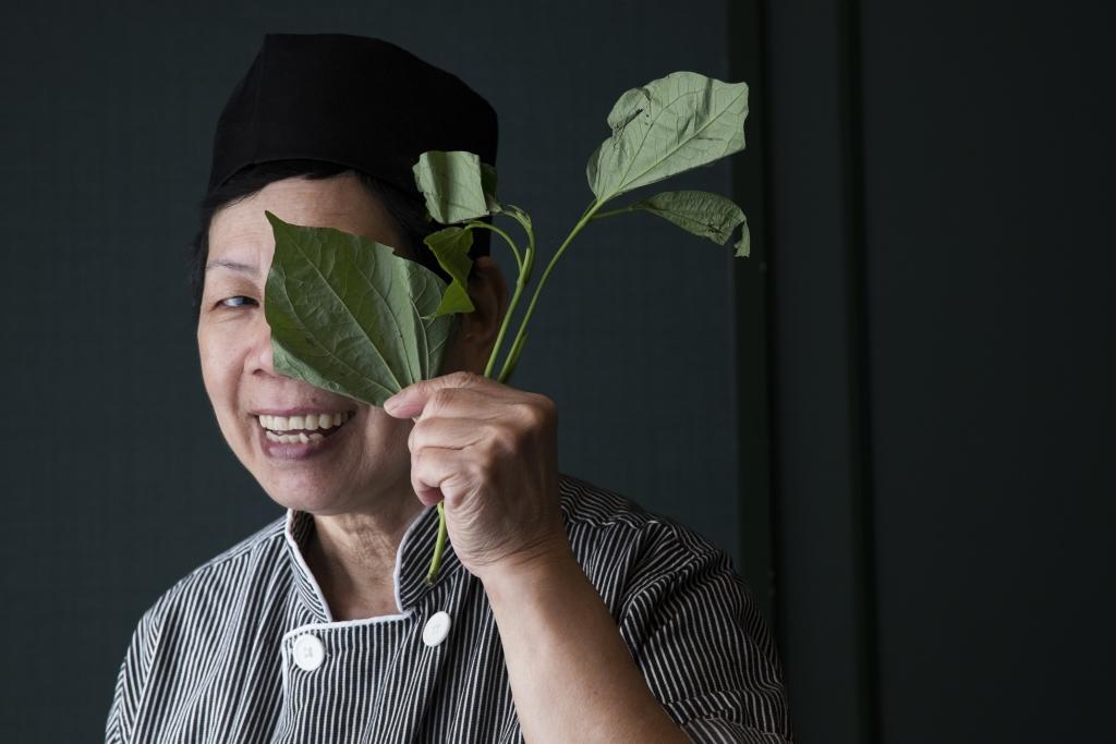 越南華僑江妹自言最喜歡的香葉是蔞葉,帶有一股誘人的胡椒辛香。