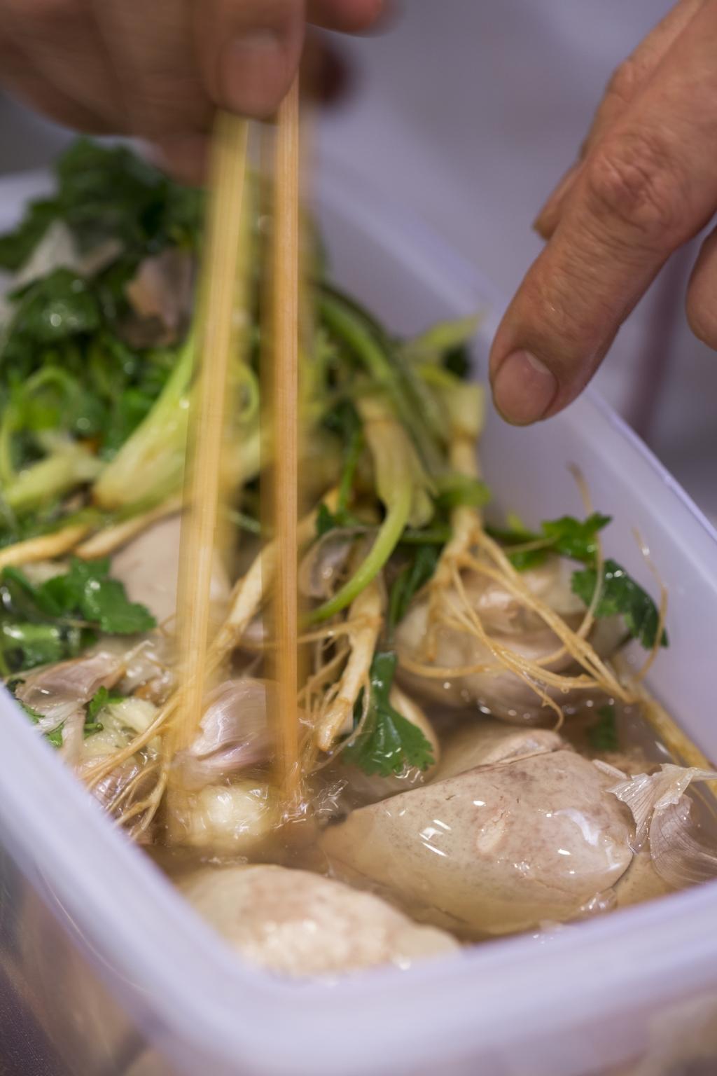 先煮後浸一整天鵝鵝肝被滷出清芳的魚露芫荽香。