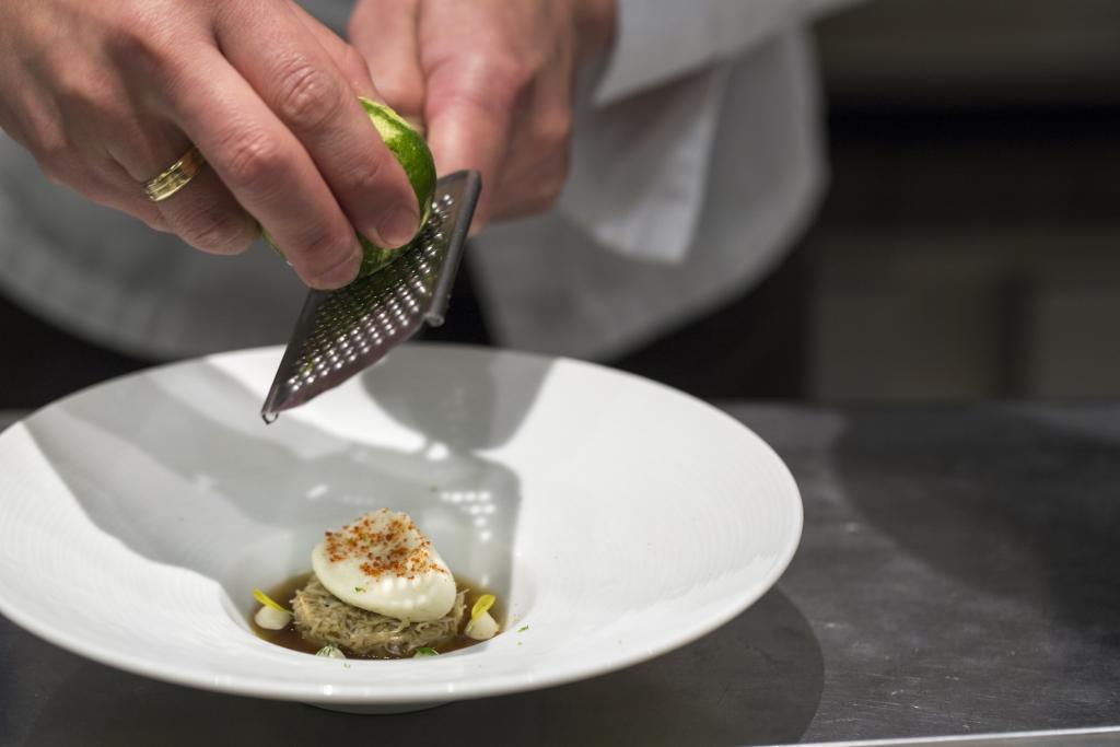 曾於法圖、波蘭工作的 Chef Mori,出自他手筆 的法日料理,別樹一格, 喜歡融入不同的地方的 食材於創作中。像龍蝦 湯凍、蟹肉和茄子忌廉, 革新人們對傳統garnish 的印象。