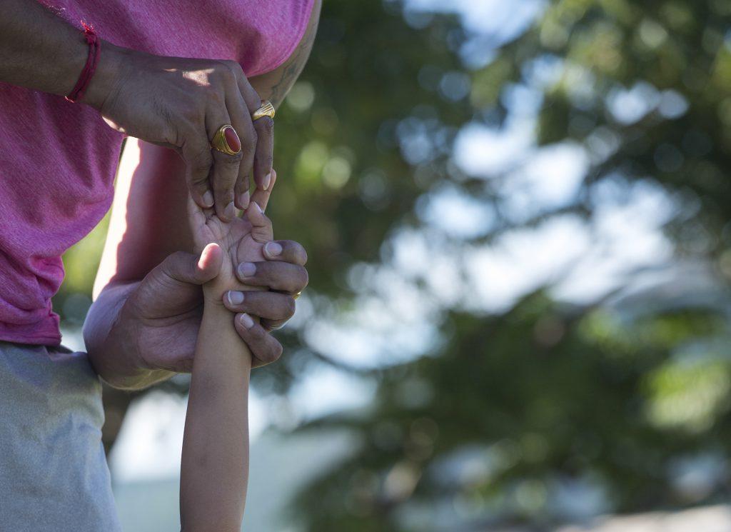 親子瑜伽的好處,就是會促進大家的溝通和了解,手把手調整姿勢,感情也以此維繫。