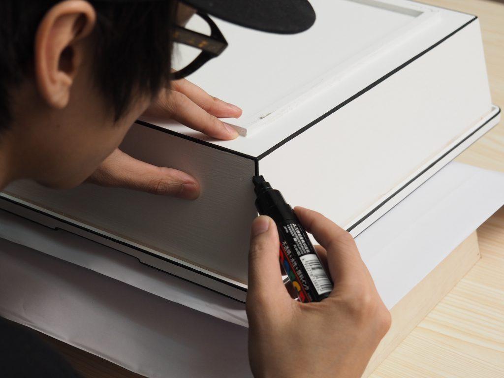 設計師堅持親手逐筆描繪作品細節。