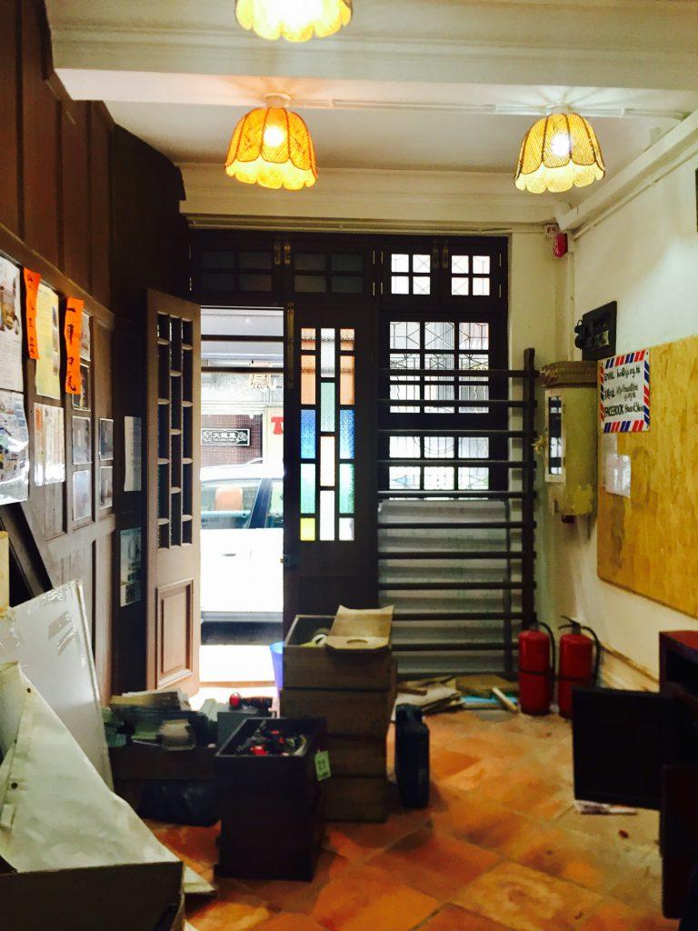 租用黃屋地舖多年的香港故事館正收拾貨物,將會租用多一個藍屋地舖,期望繼續舉辦活動,引起公眾人士對地區文化保育的關注。