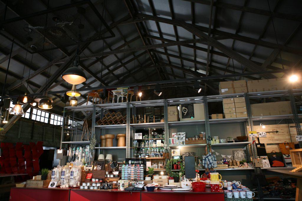 傢俬店位於園區正門,鋁製貨架與舊貨櫃相映成趣。