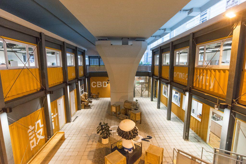 起動九龍東辦事處本身亦是一座綠色建築,位處觀塘繞道高架行車天橋底,將橋底油上白色,反射自然光於室內。