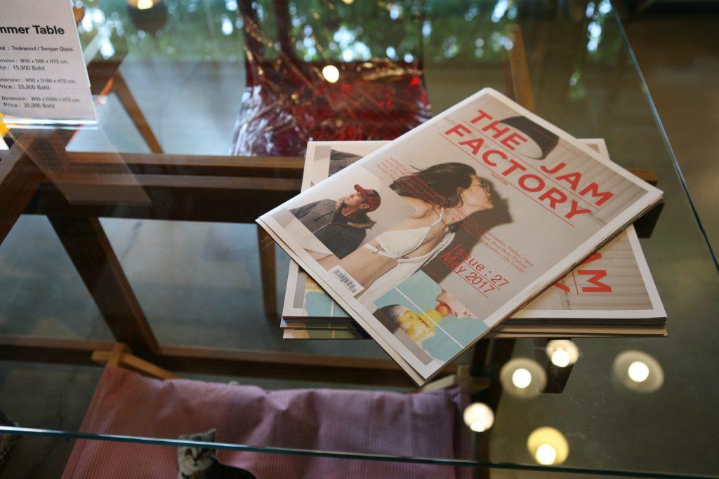 賣大量曼谷手工製作的柚木桌椅;園區不定期出版同名雜誌。