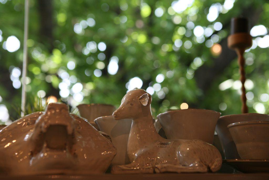 大量陶瓷與小配飾,全由曼谷工藝師手工製作。