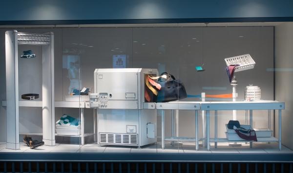 櫥窗設計名為《SLOWNESS》,希望旅客在匆忙之中也有放慢節奏的空間,欣賞身邊的事物。