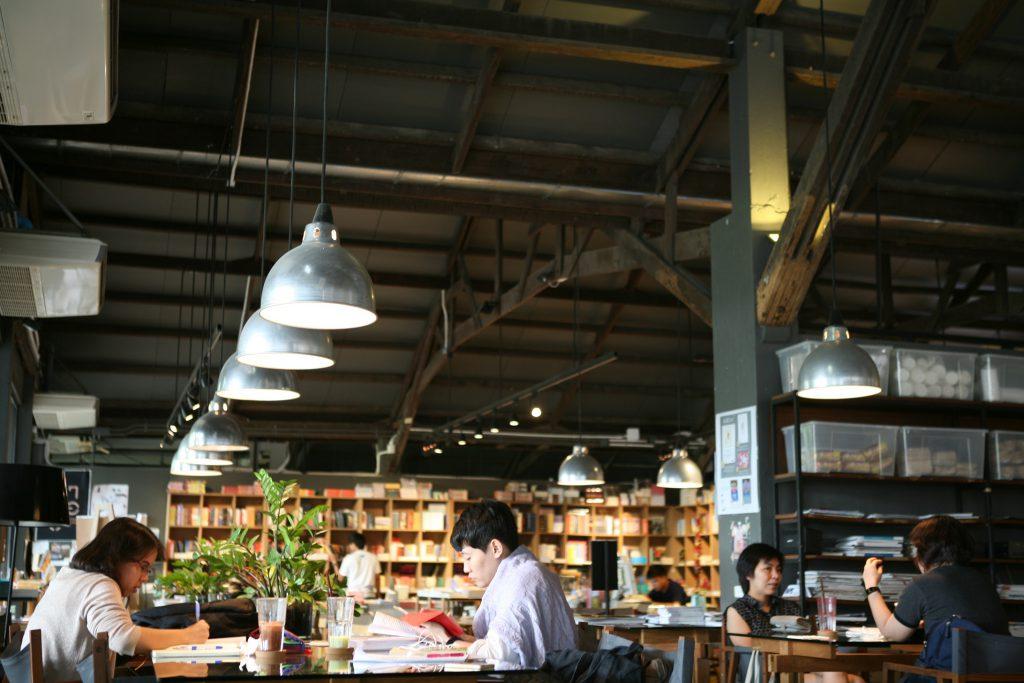 咖啡店貫徹工業風格,掛滿鋁製吊燈。