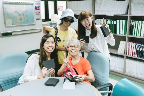 Comma親自把銀包送到盲人輔導會的視障會員手上,並教對方如何使用。