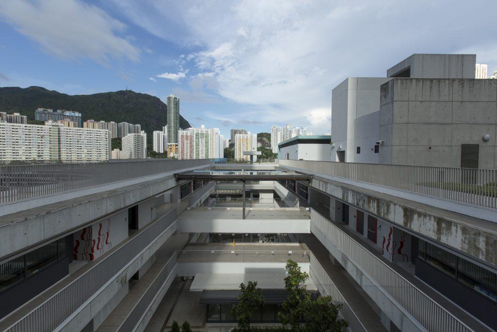 東西向的長方形校舍,開放式走廊將自然光引進庭院深處。