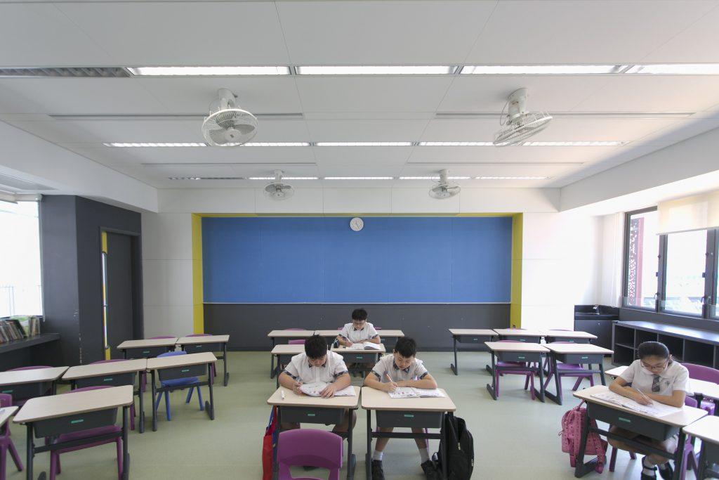 班房設有光控設計,會自行按日照調節光暗,教導小學生節約用電。