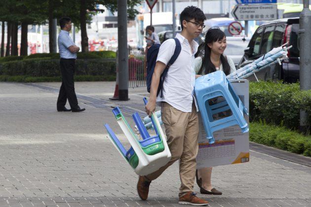 """""""黃之鋒與香港眾志的社區幹事袁嘉蔚,在社區工作裡面,學習了很多。"""