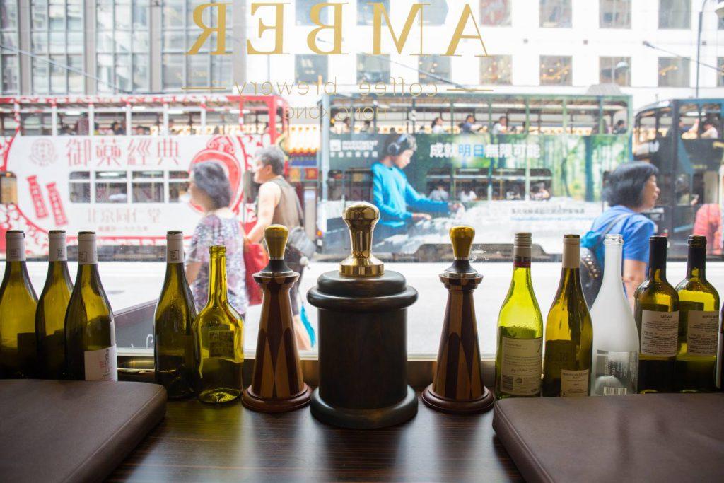 咖啡店就在繁忙的電車路旁,一塊玻璃就隔絕了外界的繁囂,換回寧靜。