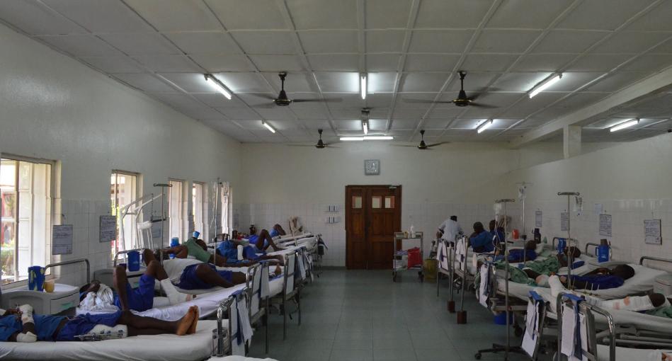 由於當地政府醫院沒有骨科醫生,Emergency的醫院常常擠滿傷者和病人。