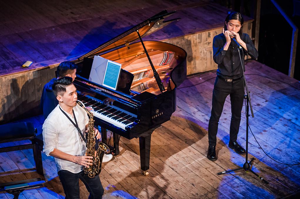 色士風手孫穎麟(左)及口琴手何卓彥(右)今次與KJ合作,用古典音樂的技巧再現一些流行曲目。