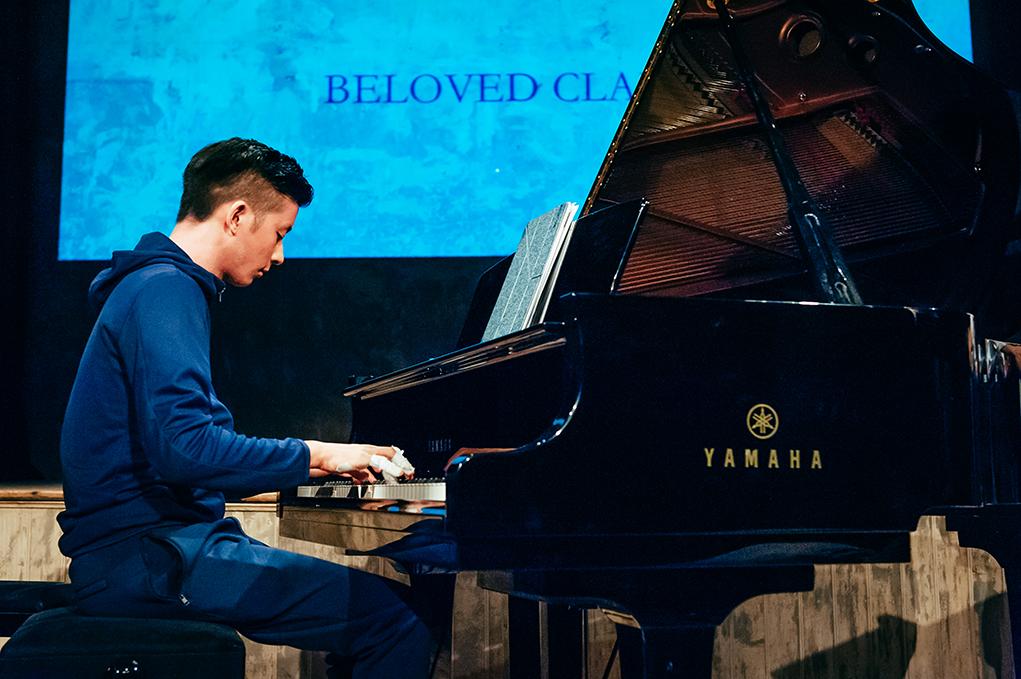 黃家正曾為天才年輕古典鋼琴家,但他不自限於古典音樂的世界,反而希望打入更流行的領域。