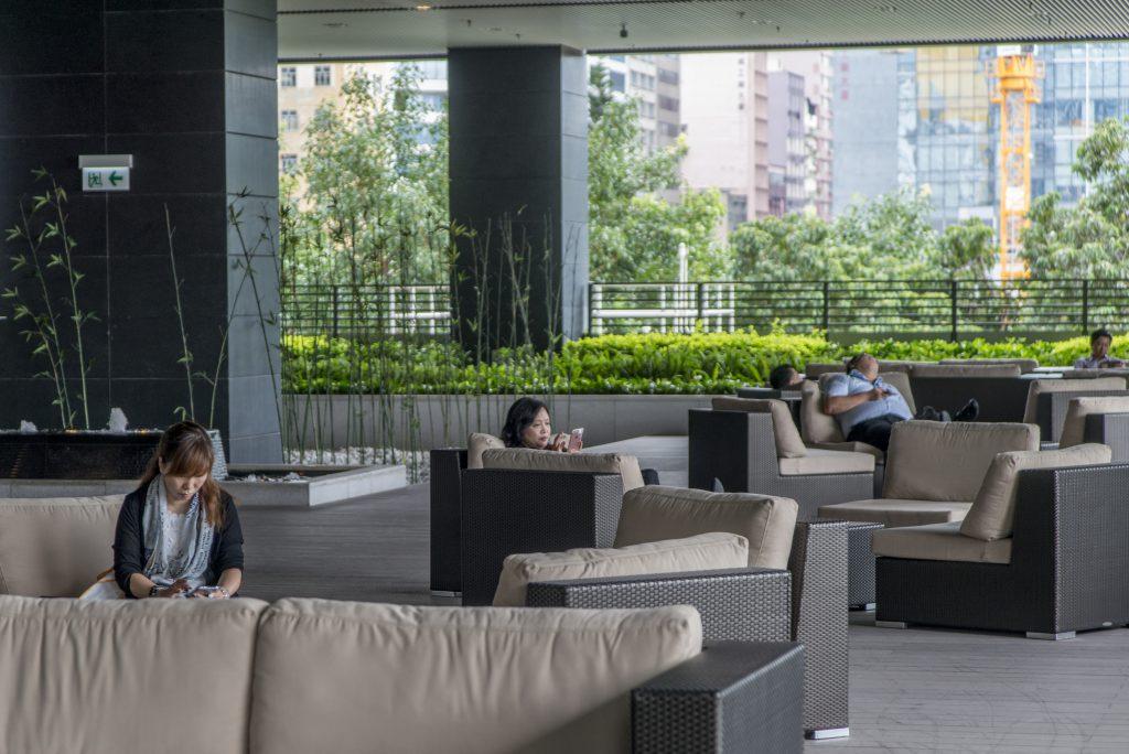 花旗大樓二樓備有二萬三千呎綠化平台花園,午飯時間很多員工在此食飯歇息。