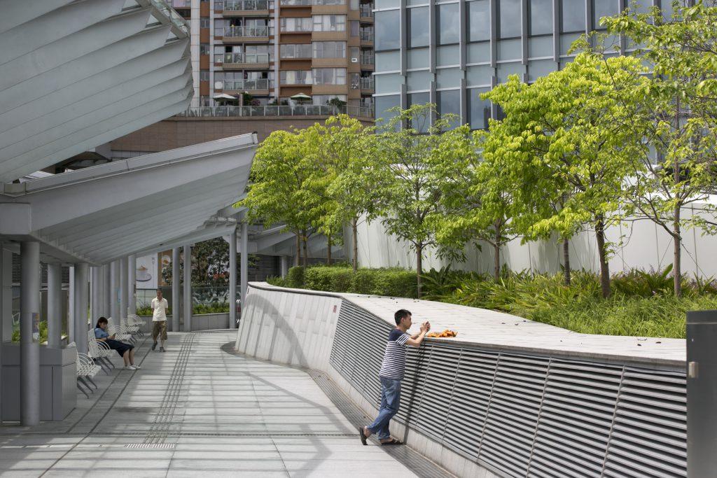 啟德工業貿易大樓門外連接九龍城Mikiki商場,特意在天橋上設有綠化公眾休憩空間。