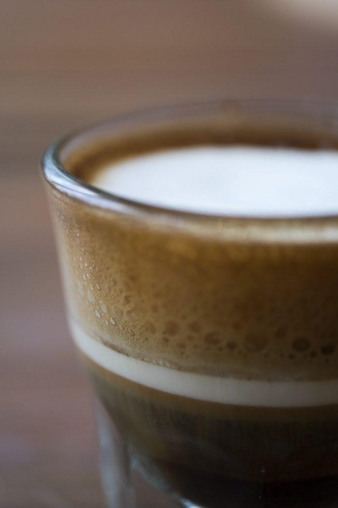 泡沫特濃咖啡 不一定要用傳統的陶瓷小杯,透明玻璃杯更能展現咖啡的層次。 ($36)