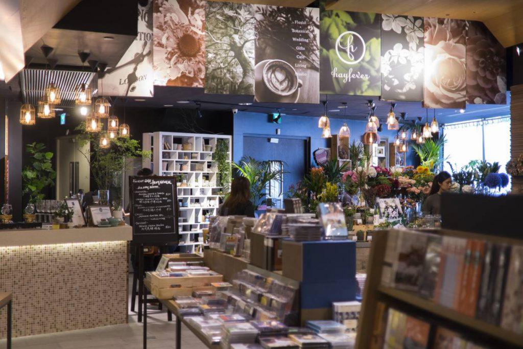 店長不刻意突出花店或咖啡店,以大地色系為主調,希望三者平衡諧協。