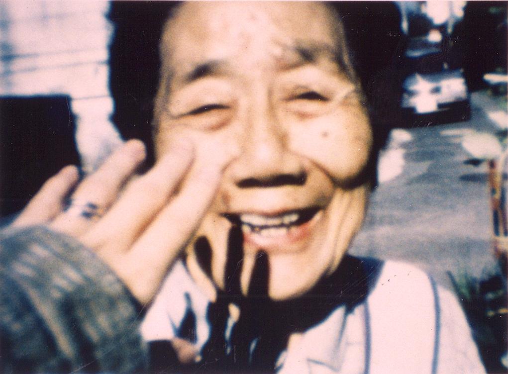 早年主要拍攝紀錄片,如代表作《蝸牛》(1994)記錄她與外婆在奈良鄉間的生活。