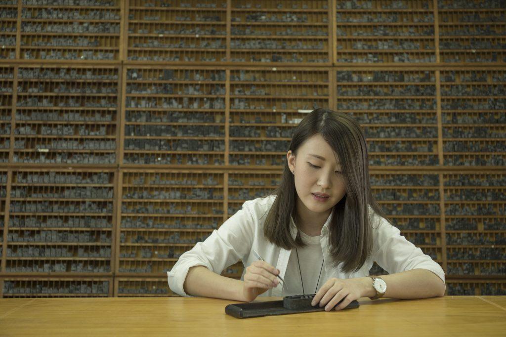 從電腦排版到回頭學鉛字排版,才讓Loraine覺察到漢字的節奏美,「(尤其是)當你用鉛字排一首詩,那種人性化特質讓感覺更強烈!」