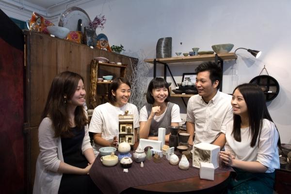 (左起)何欣樺、龍悅程、林家燕、張文豪及陳艮珊,每次見面都有説不完的陶藝話題,或分享製作心得,或交流材料情報,互相評價作品……