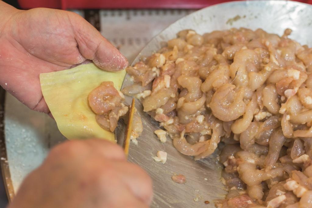 有所不知,原來雲吞餡裏,除了蝦仁和豬肉粒,為提鮮味還會加入大地魚末和芝麻末,見微知著。