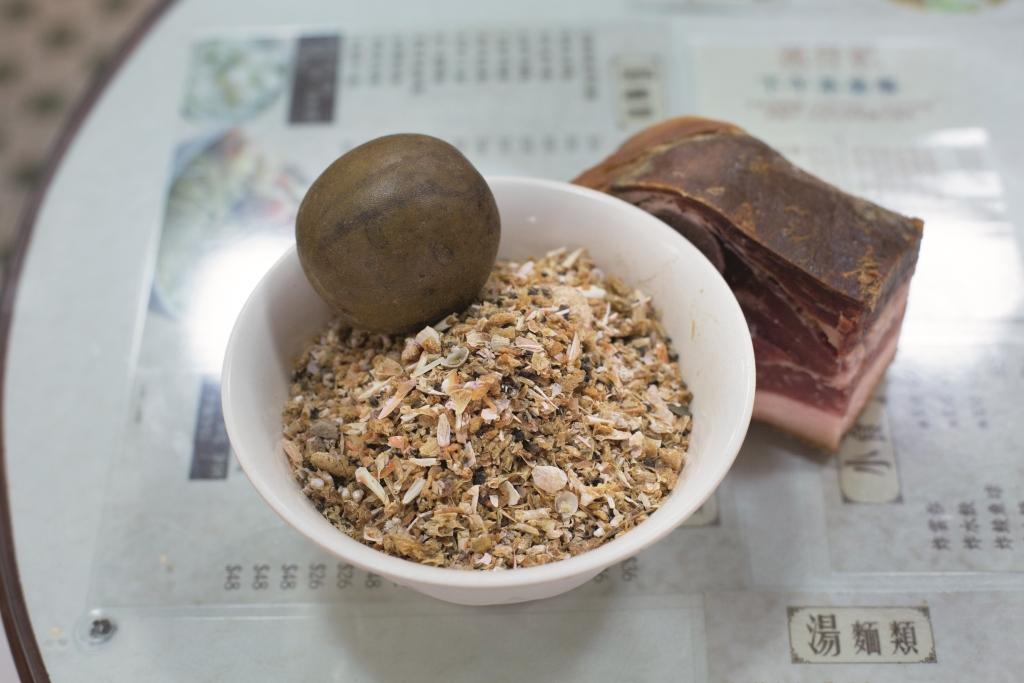 說到底,大地魚乾經火,熬湯不免帶燥,所以傳統的麵家都喜放有潤燥功效的羅漢果作調和。