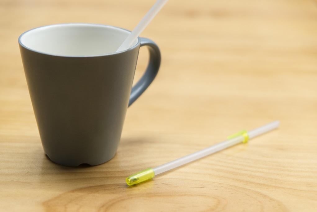老人家經常不夠力吸吮飲品,這款飲末端內置一顆珠,方便分幾口飲用,以免嗆到。