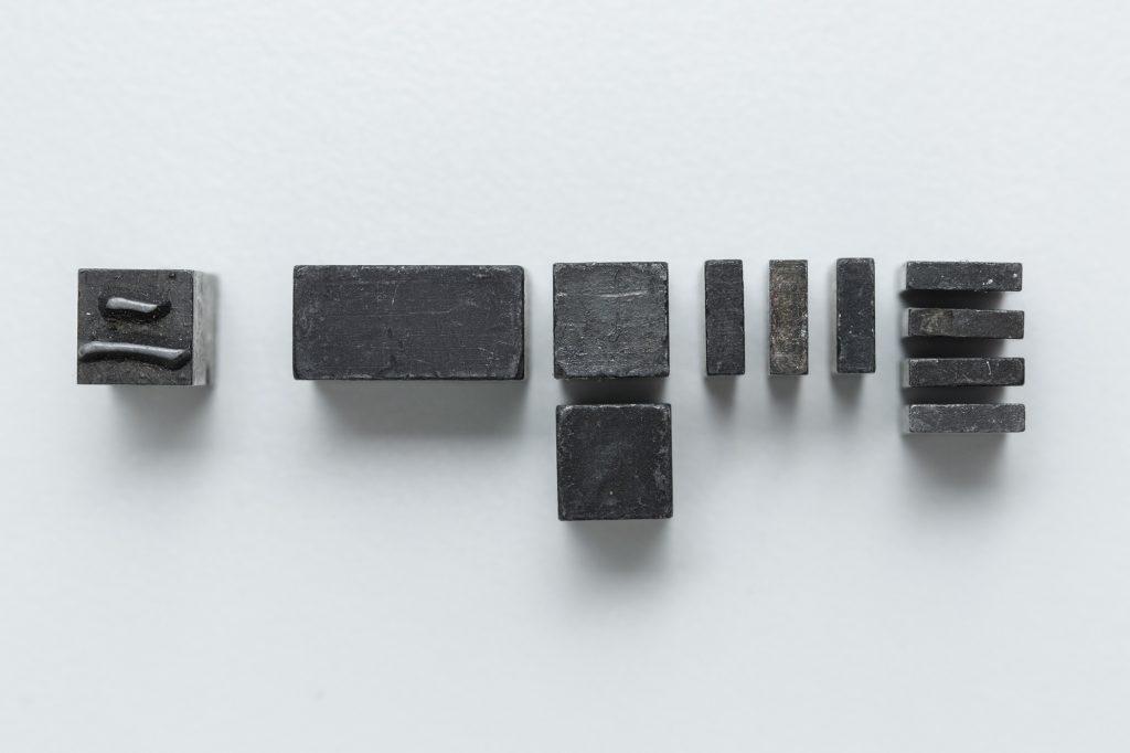 常用的鉛鑄漢字,尺寸由最大的一(初)號至最小的六號不等, 其中初號等同4個四號的尺寸,換轉英文字是28pt;二號等同4個五號,換轉英文字是21pt;三號等同4個六號,換轉英文字是8pt。Loraine說,要排一個中英並用的版,構思好設計後,最重要是計算出怎樣砌出來。