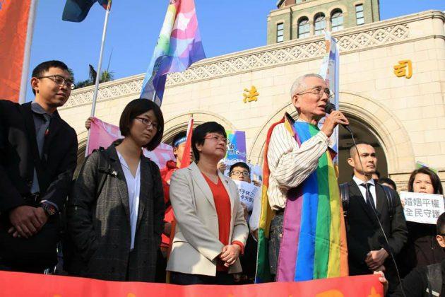 他架過十字架,試過全身掛上避孕套。伴隨祁家威二十四年的彩虹旗,成為運動的標誌。