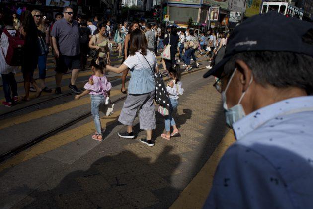 訪問後,林榮基疾步走入人羣,煙沒於馬路人影間。