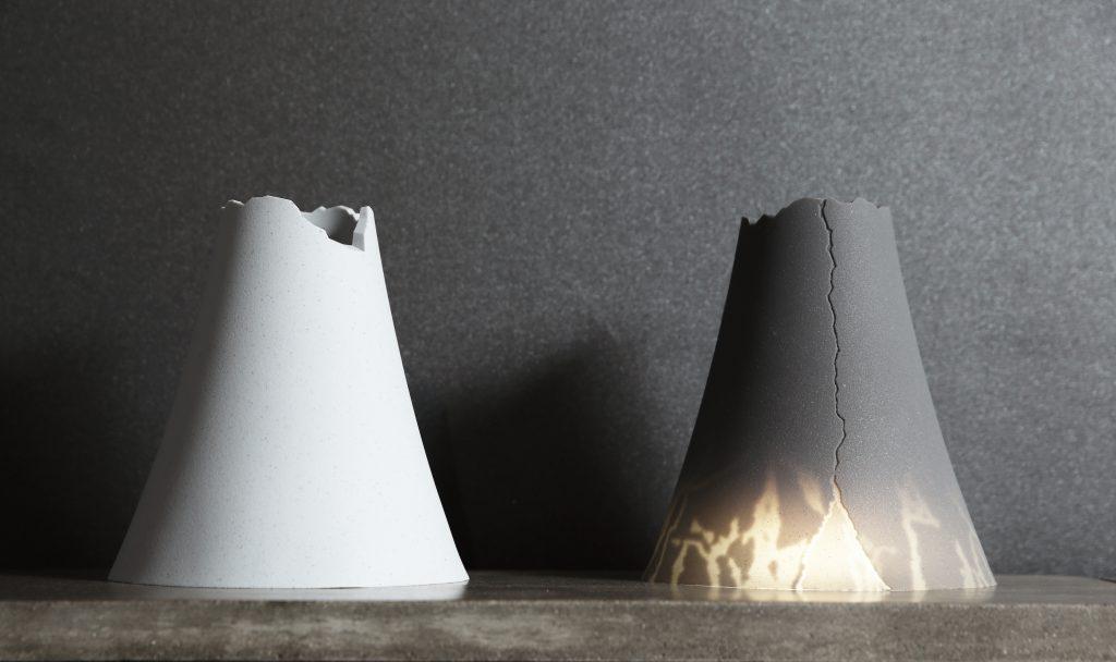 山石軟泥燈像一個小山丘,最大的特色是透光設計,亮燈後才會看到裂痕。軟水泥加了沙石顆粒,仔細看會看到很多一點點。