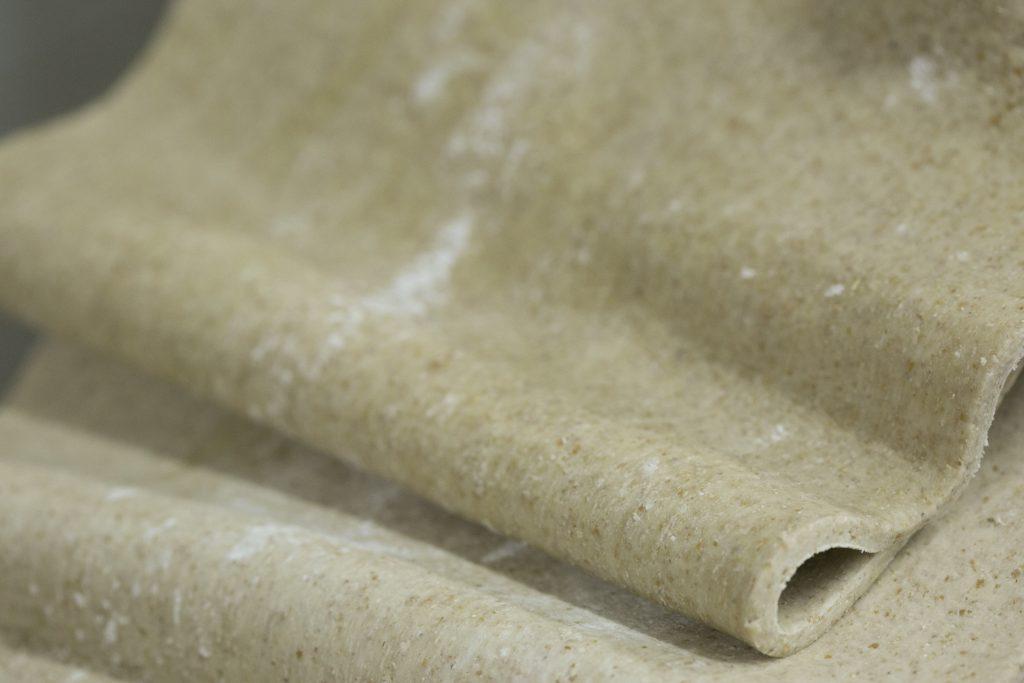 有機全麥麵粉壓成布狀,準備切成麵條。