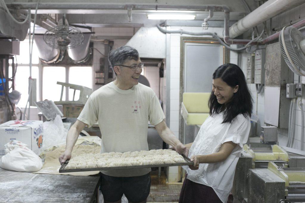 麵廠老闆廖漢祺(左)每星期會預留一天,特別為土作坊的Dora(右)造有機麵。