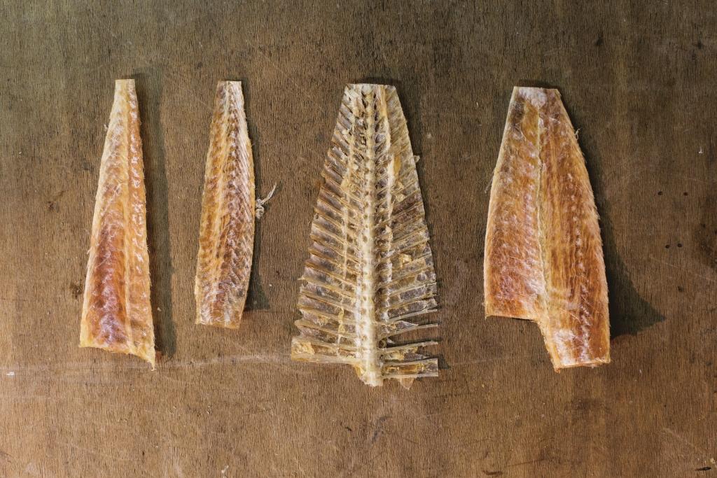 嬌姐的大地魚在長洲出名,是因為魚乾造工細緻,人手分拆出底肉($400/斤)、面肉($320/斤)和魚骨($60/斤),蒸的蒸,炒的炒,熬湯的熬湯,各有吃法。