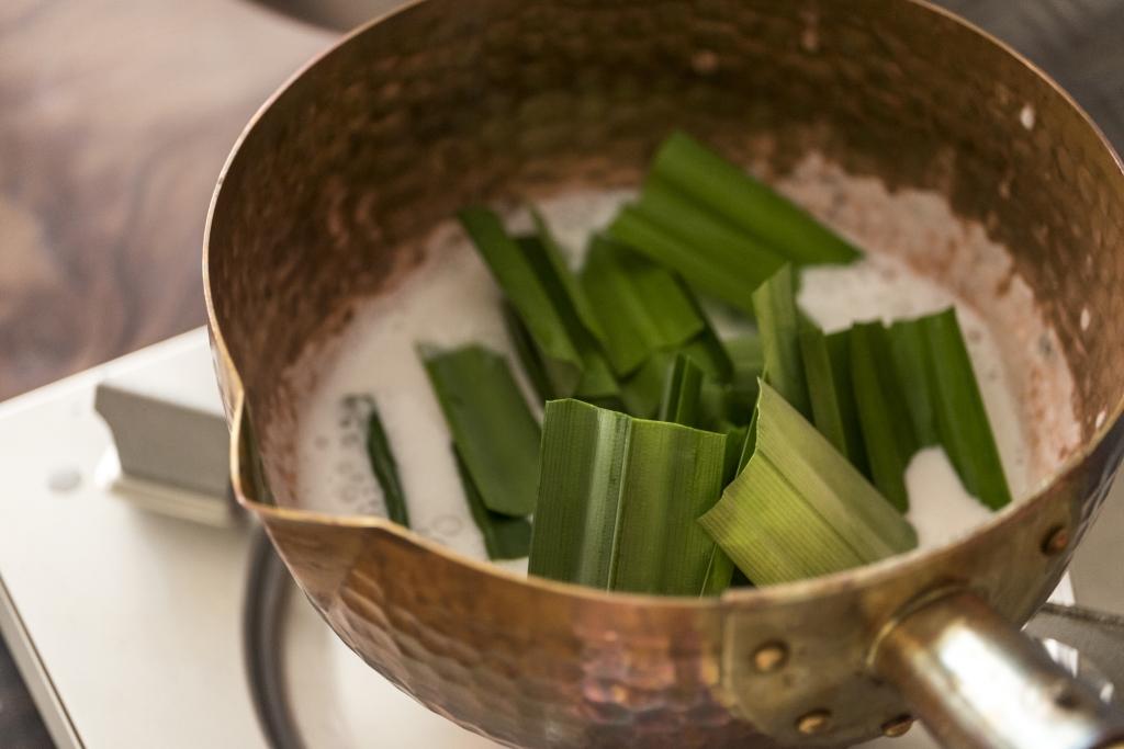 斑蘭葉跟忌廉一起煮,再搗爛取汁,最原汁原味。