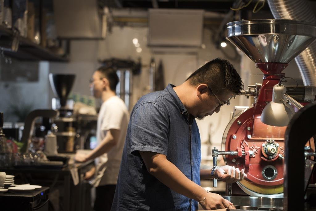從日本購入半直火咖啡豆烘焙機,除了開關,其餘接近手動模式操作,很考烘焙師的經驗和手藝。