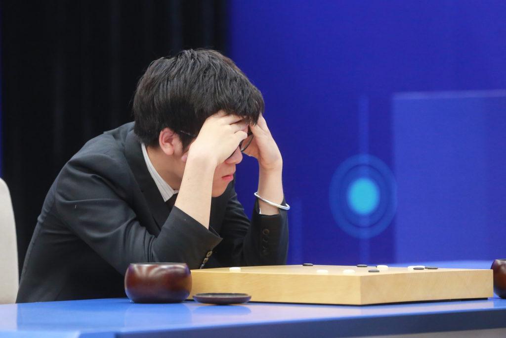 到了第三局,柯潔顯得一臉頹喪。(法新社提供)