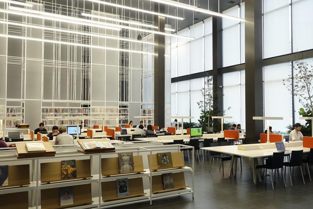 位於四樓的資源中心猶如圖書館,齊備設計書籍、雜誌,天花吊下的燈管營造出未來感,與歷史建築成強烈對比。