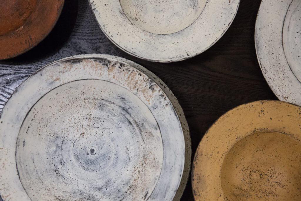 大澤哲哉的手造陶器如像飽受風霜、從遺跡中出土的古物。