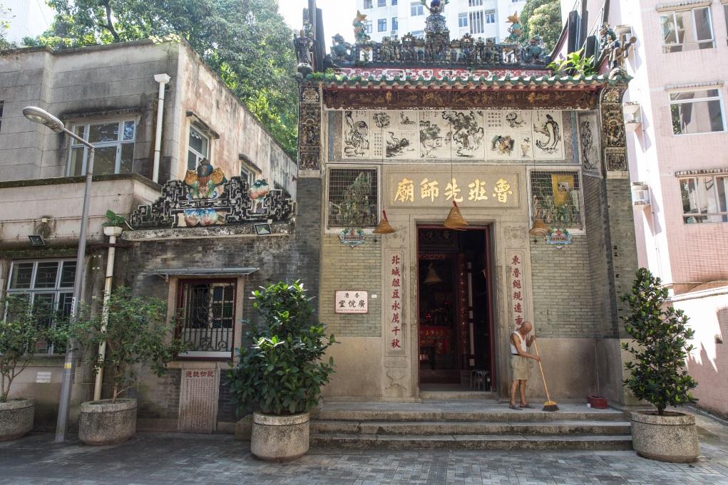 魯班先師廟已超過一百三十年歷史,2007年時王鴻強師傅負責復修,更換廟內牆身青磚,由於寺廟位於西環半山,當年復修工人要上下百多級樓梯才能到達。