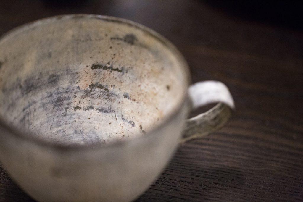 粉引技術是日本稱為白化妝,在常滑泥上抹上一層層白、啡泥,再用砂紙磨出生鏽與裂痕。