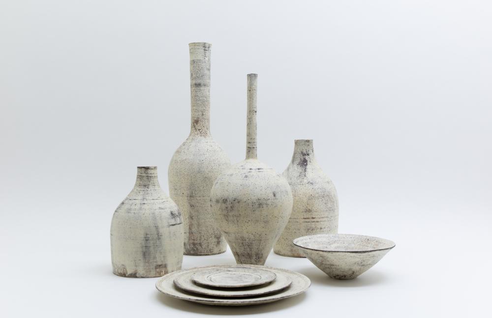 他的作品以唐津燒為創作基礎,再加入新形態原素,以留有土壤風化侵蝕後的質感為特色。