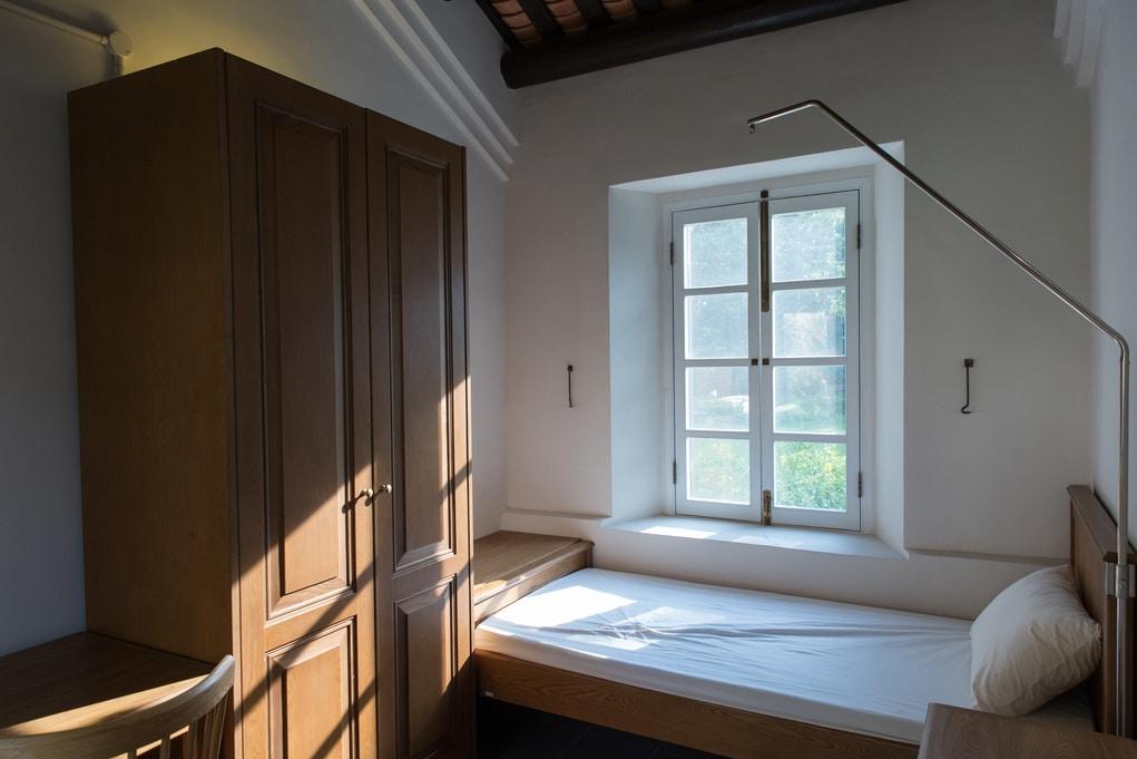房間以前是單身警務人員宿舍,由於不用安裝冷氣,住客一抬頭便能欣賞中式瓦頂。