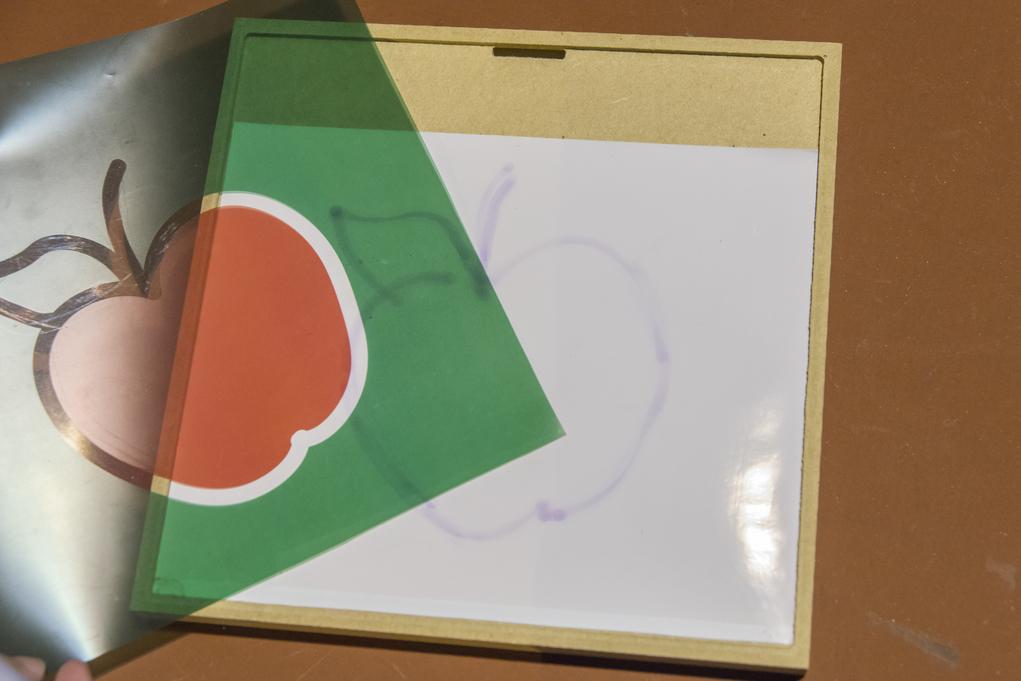 用光感筆畫在白板上的圖案,不消幾秒便會自動消失。