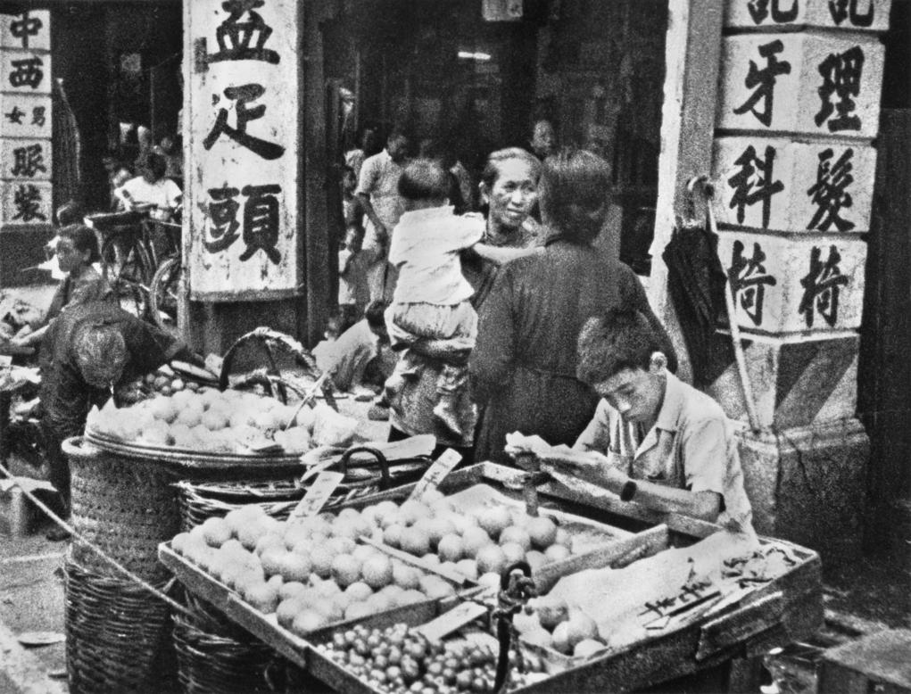 1950年代油麻地的露天街市小販在擺賣。