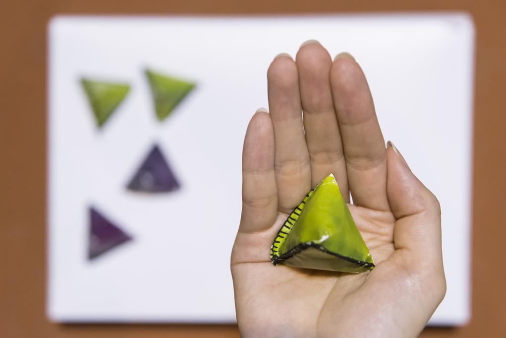 其實布料本身是紫、綠、黃等不同顏色,但Ryan請絲印廠在上面絲印上變色顏料,顏料本身是黑色,一遇上攝氏三十度就會變透明,呈現本身底色。